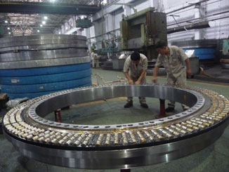 Six-row cylindrical roller combined slewing bearing offline